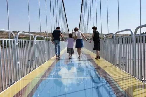 近日,国内首座横跨黄河两岸的3d玻璃桥在宁夏中卫市沙坡头景区亮相